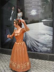 影楼前跳伦巴的欧洲女人雕塑