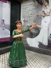 影楼前跳舞的欧洲女人雕塑
