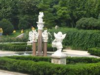 园林里的小天使喷泉与志愿者