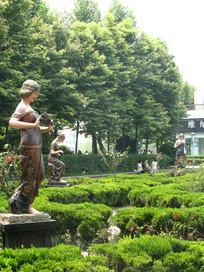 园林中的女神雕塑