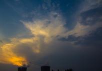 发电厂烟囱与云