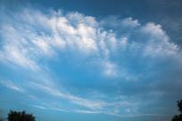 蓝色天空与放射状云朵