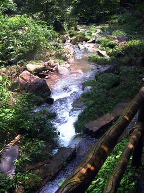 蓝天掩映下的山涧溪流
