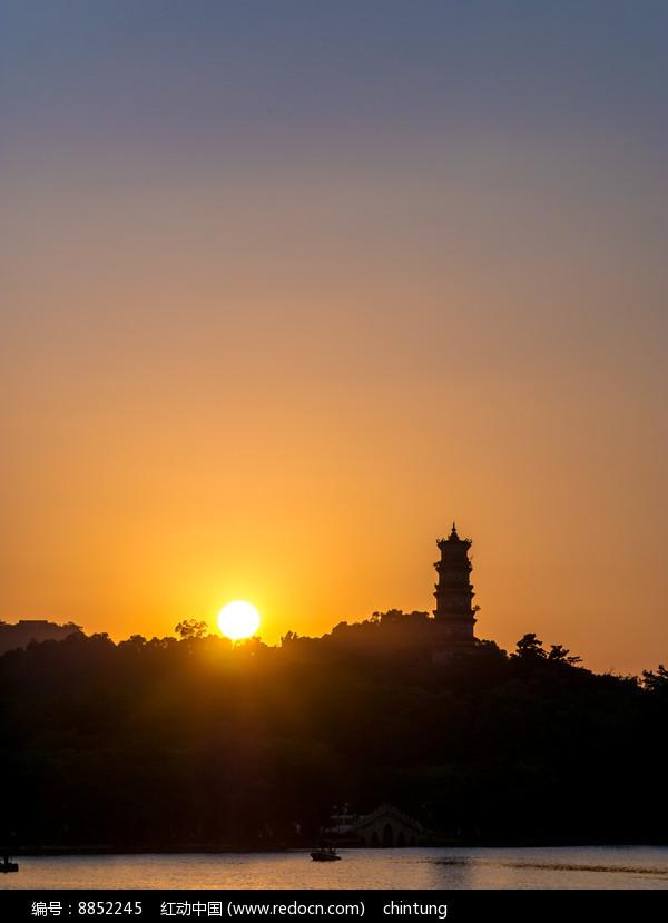 落日当中的惠州西湖风光图片
