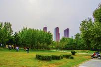 万泉公园草坪树林与高层建筑