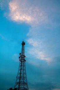 信号塔与亮丽的白云