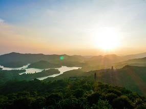 夕阳下的红花湖与高榜山