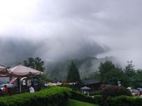 游客中心外的远山与云雾