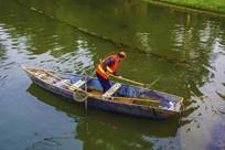 船上的环卫工在清理河道水草