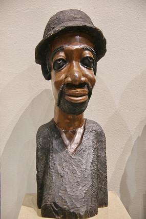 非洲木雕戴帽子的男人