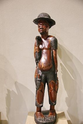 非洲洲木雕戴帽子的青年男子