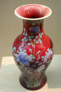 花卉纹红色花瓶