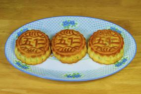 三块五仁月饼