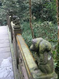 石桥上的石猴雕刻