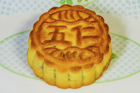 一块五仁月饼