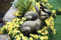 草丛中的兔子雕塑