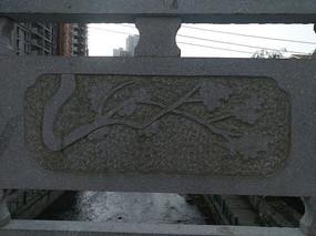 栏杆上雕刻的花纹图案