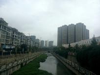 东门河畔的高楼