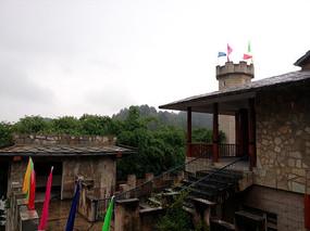 红枫湖景区里的布依寨石头房