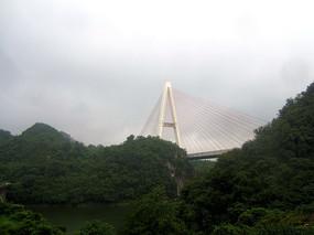 山岭上的红枫湖大桥