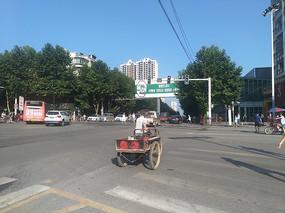 推车过马路的男士
