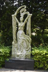 白云故乡女子雕塑