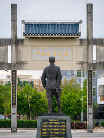 邓演达雕像与牌坊