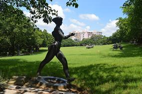 迈着步伐的运动员雕塑
