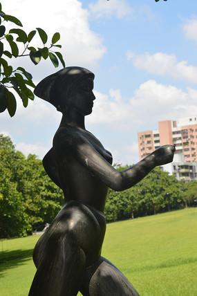 迈着步伐的运动员雕塑特写
