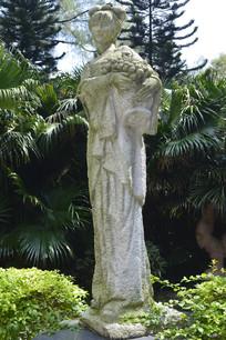 手捧荔枝的女子雕塑