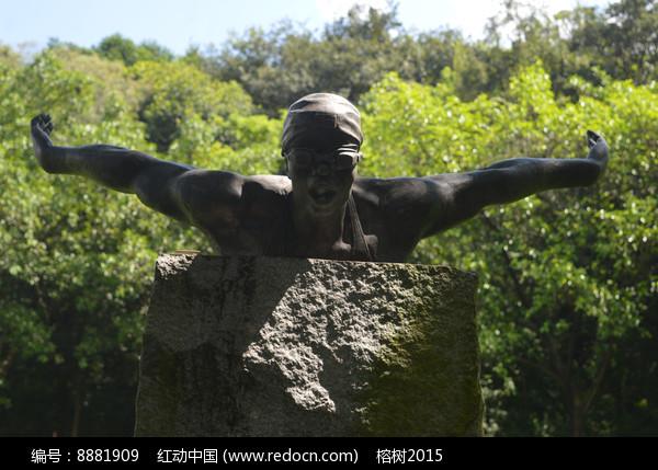游泳运动员奋力前进雕塑特写图片