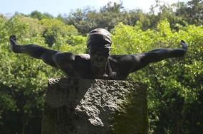游泳运动员奋力前进雕塑特写