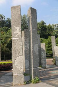 园林内的青石浮雕石柱特写