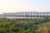 草地上的桥梁涵洞