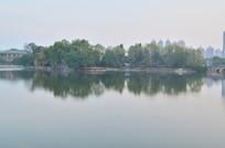湖泊树木倒影风景
