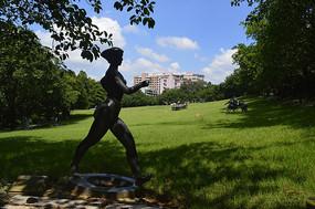 神情专注迈着步伐的运动员雕塑
