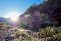 阳光照射下的峡谷