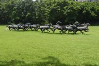 一群奔跑中的马雕塑