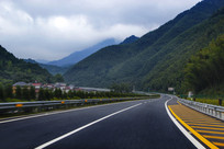 穿越山川高速路