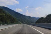 翻越山林高速路