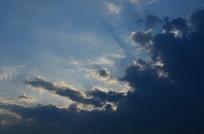 蓝天乌云光芒图片