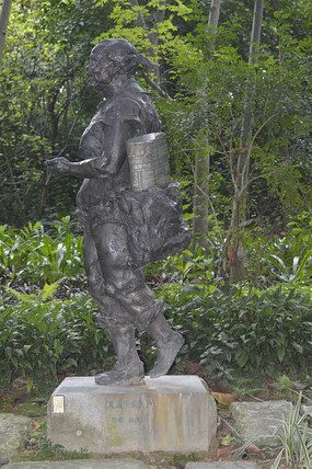 卖人民日报的大婶雕塑