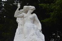 女子自我雕刻的大理石雕塑