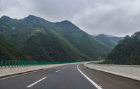 群山中弯道高速路