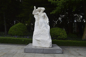 石雕长发女子挥锤雕刻自己