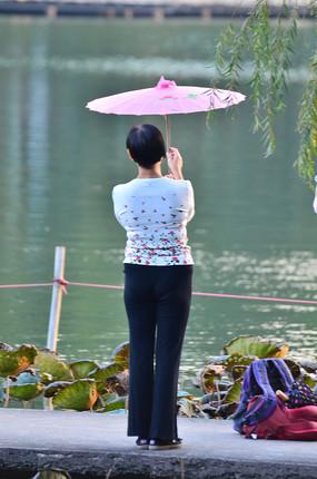 湖边的美女背影