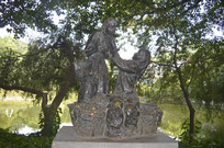 品尝荔枝和卖荔枝的两女子雕塑