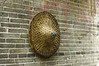 青砖墙上的斗笠