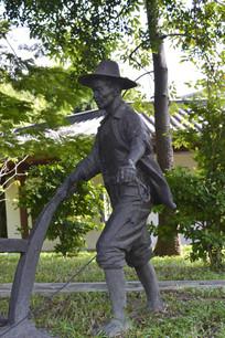 在耕地的农民青铜雕像