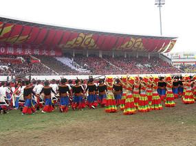 穿着彝族传统服饰跳舞的男女